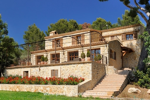 Country house hillside situated with panoramic views of the scenery