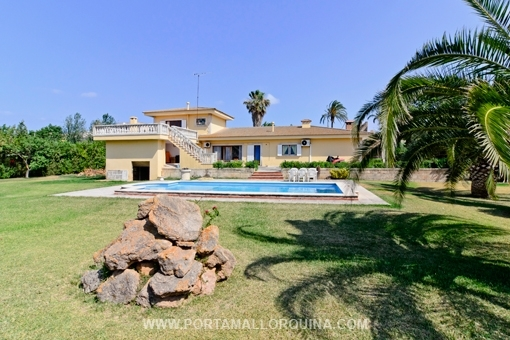 Generous villa with great gardens, directly located at Alcudia oldtown