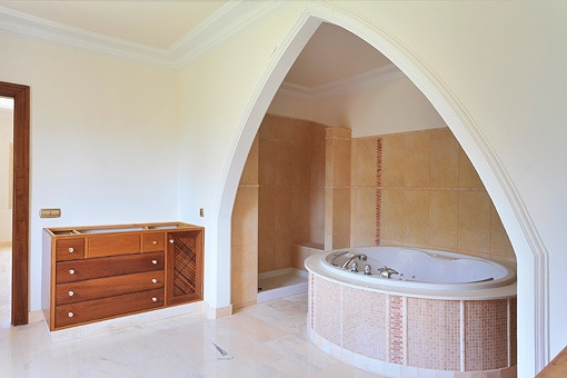 Jacuzzi in the main bathroom on the ground floor