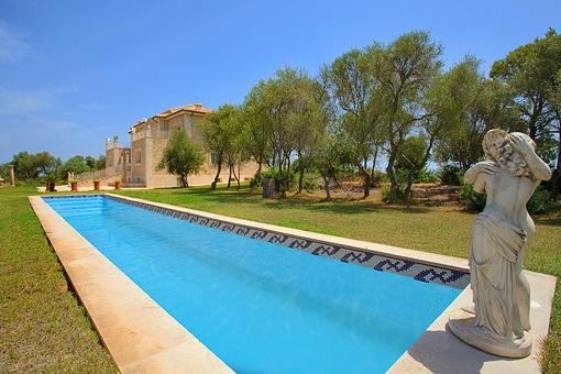 Magnifieke villa met uniek panorama uitzicht op een eigen berg in het noorden van Mallorca