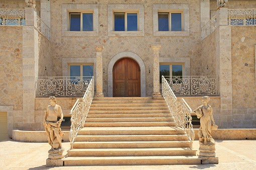Impressive entrance of the property