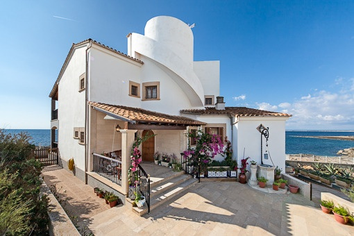 Extraordinary villa with direct sea access