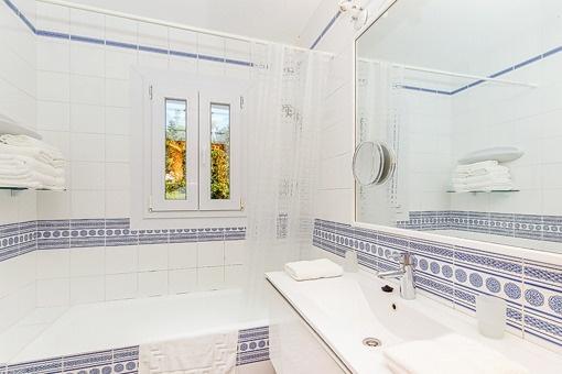 Bathrppm with daylight and bathtub