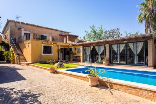 Prachtig huis met zwembad, uitzicht op de bergen en mogelijkheid voor een gastenverblijf in Establiments