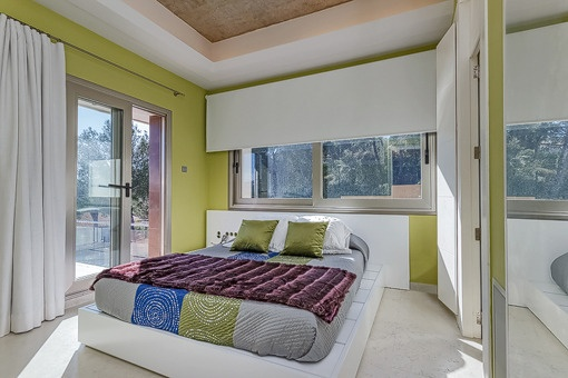 Bright bedroom with direct terrace acces