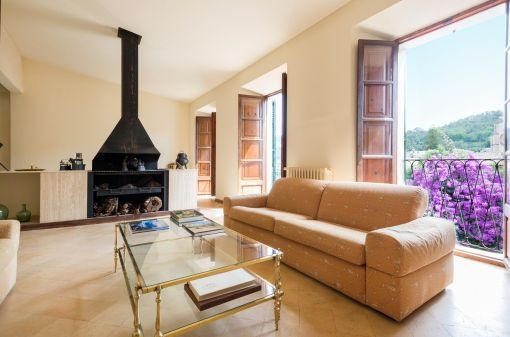 Large manorial house with garage, in central and calm location in the village of Esporles