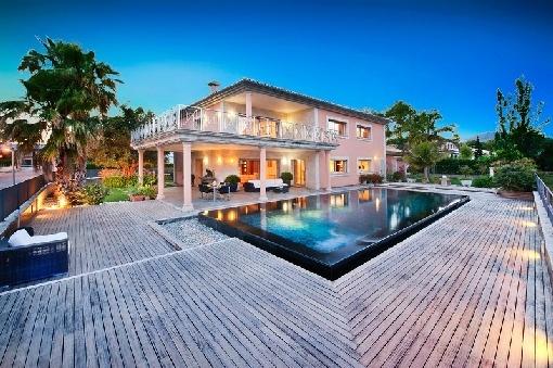 Uitstekend gelegen moderne nieuwbouwvilla in Pollensa met uitzicht op zee en spectaculair overloopzwembad.