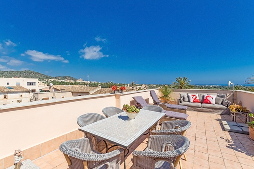 Ample roof terrace with sea views