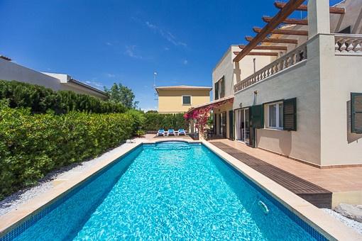 Recent vakantiehuis met zwembad en uitzicht op zee vanaf het dakterras in Son Serra de Marina