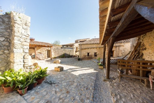 Several partially restored buildings with a living space of 418 sqm