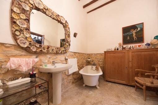 Second bathroom with fantastic bath tub