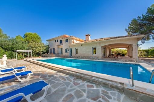 Wonderful villa with large plot near the beach