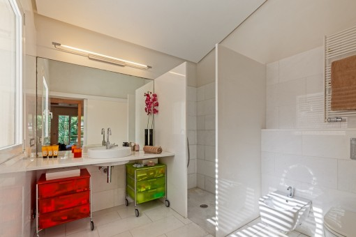 Friendly bathroom with shower