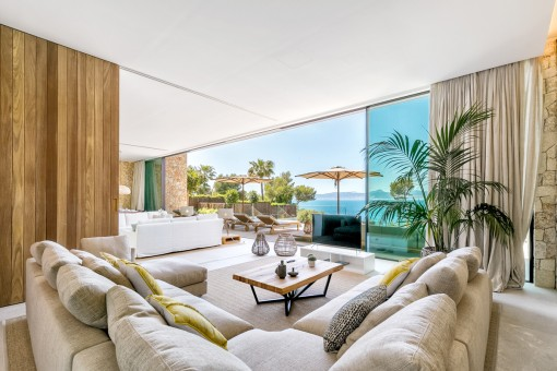Exclusive villa on the first sea line in Son Veri Nou with views of the bay of Palma
