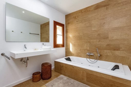 Special, wooden details in the bathroom