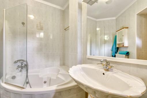 Nice bathroom with bath tub