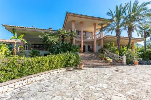 Hollywood op Mallorca - prachtig en charmant: Villa in Inca, die toe is aan een opknapbeurt, met veel marmer, grote terrassen, veel privacy en een wijds uitzicht