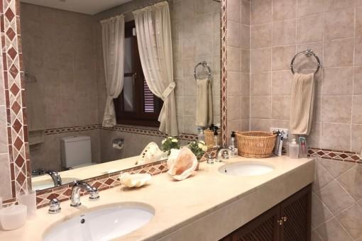 Bathroom en suite with double washbasin