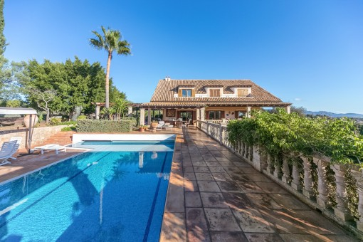 Top location in Establiments - very spacious villa with pool and its own vineyard