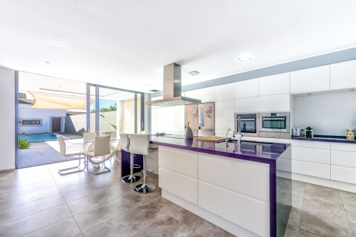 Stylish and fully equipped kitchen with cooking island