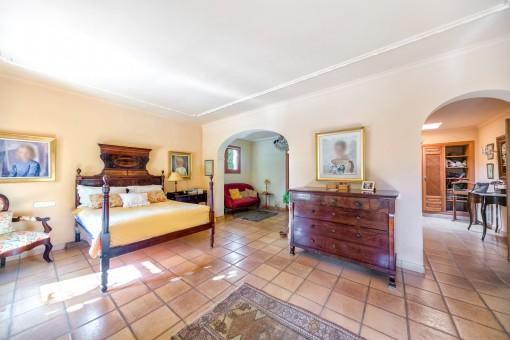 Large bedroom with dressing room and bathroom en suite