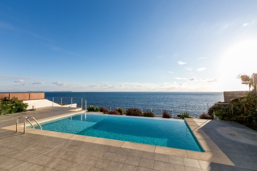 Infinity pool in first sea line
