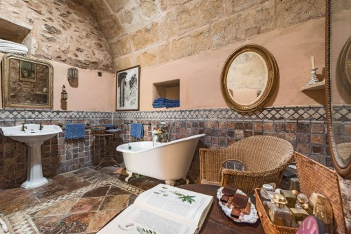 Original bathroom with stone tiles and vaulted ceiling