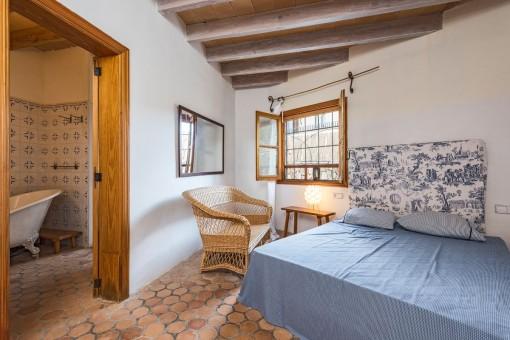 Bright double bedroom with bathroom en suite