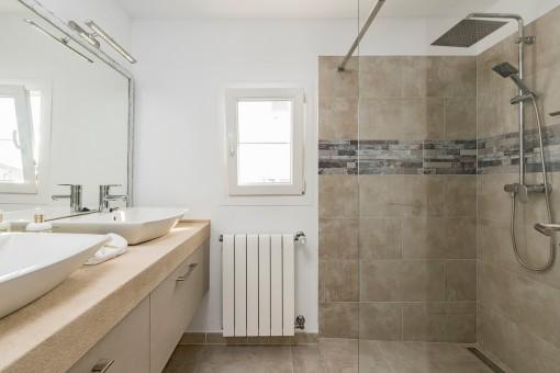 Bathroom en suite with walk-in shower