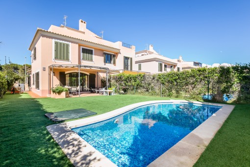 Charming semi-detached house in a well-kept residential complex with its own pool in Puig de Ros