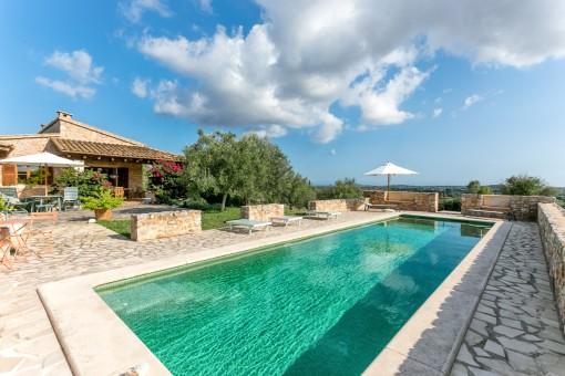 Mooie finca met zwembad en 26.000 m2 land met...