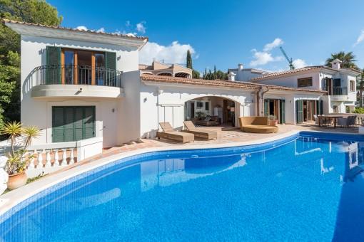 Mediterrane villa in de luxe wijk Nova Santa Ponsa met gastenverblijf en uitzicht op zee