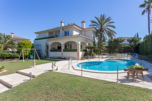 Elegant villa on the second sea line on a double plot in Son Veri Nou