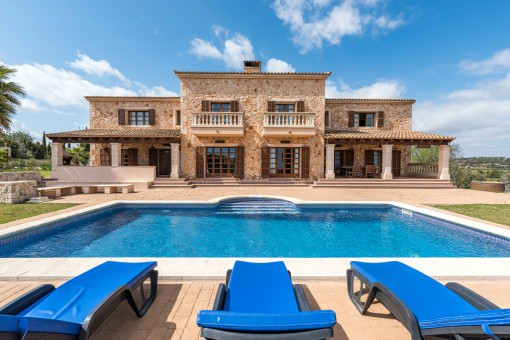 Natural-stone finca with sea views and rental...