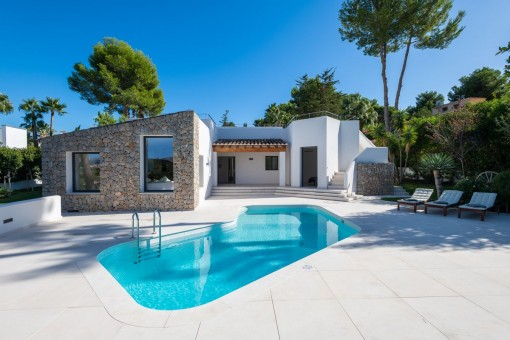 Stylish sea-view villa built on one level and surrounded by a wonderful garden landscape in Santa Ponsa