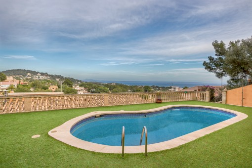 Well located villa with sea views and approved project in Portals Nous