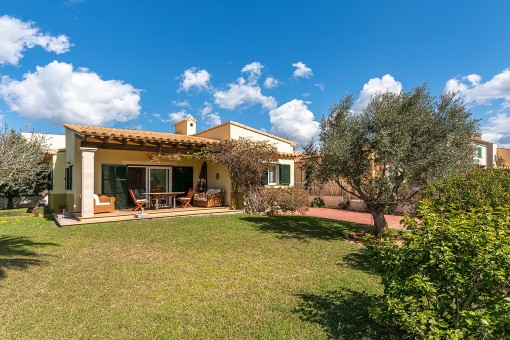 Beautiful villa with garden at an attractive price, only a few minutes from the sea in Son Rapita