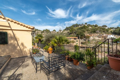 Beautiful and practical family home with idyllic views of the mountains and the village of Galilea